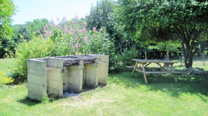 Bbq area at Les Hiboux holiday cottages near La Rochelle
